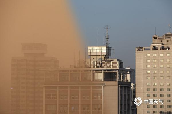 沙尘暴过后蓝天回归 一组图看北京沙尘前后天空对比