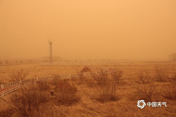 尘埃已至内蒙古!二连浩特遭受沙尘暴和黄沙的侵袭