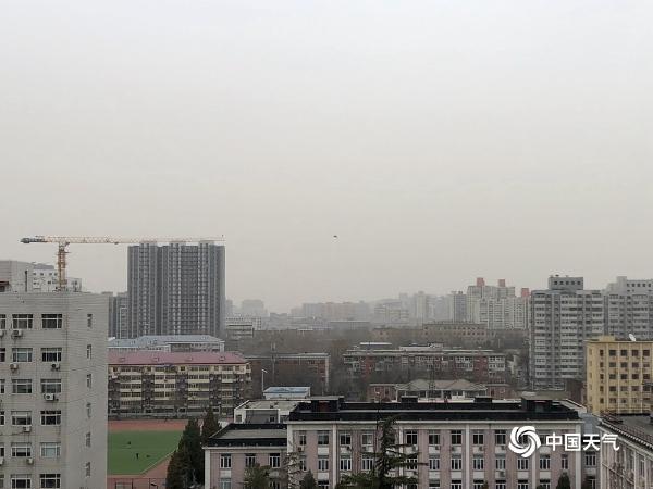 北京沙尘回流多区严重污染 天空灰蒙蒙