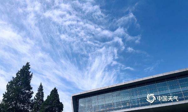抬头看!北京蓝天重现 凤尾云如油画大师的神来之笔