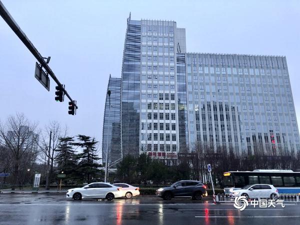 北京今晨小雨霏霏扰交通 空气质量得改