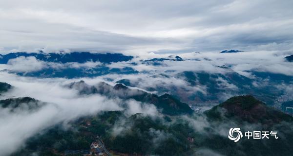 浙江清远云雾缭绕的山城如画