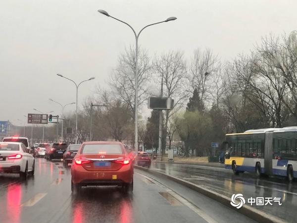 下班带伞!北京小雨洒落路面湿滑 晚高峰出行注意安全