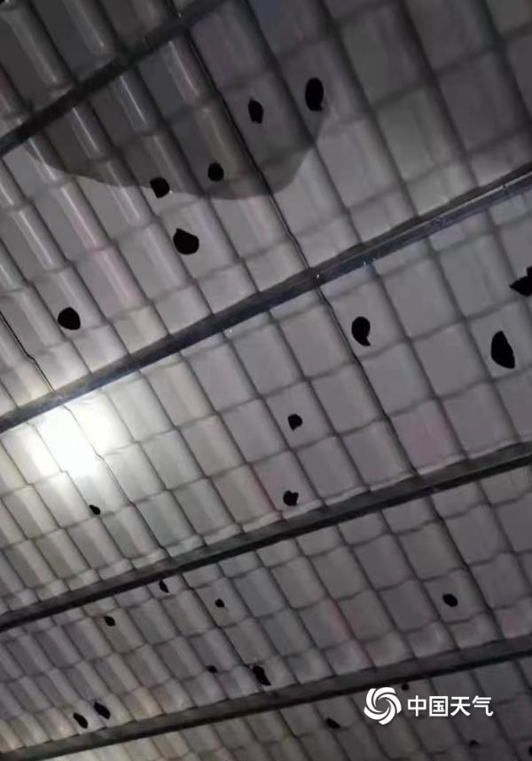 江西多地遭遇强对流 鹌鹑蛋大小冰雹击穿简易房房顶