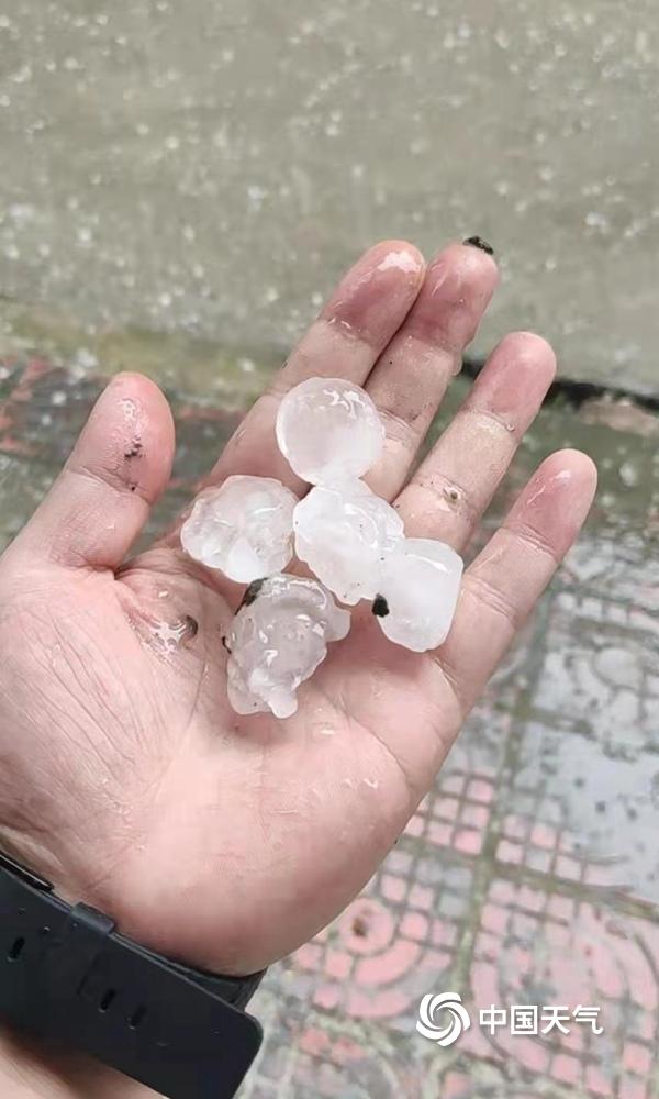 贵州石阡县出现强对流天气 多地降下冰雹最大直径达3厘米