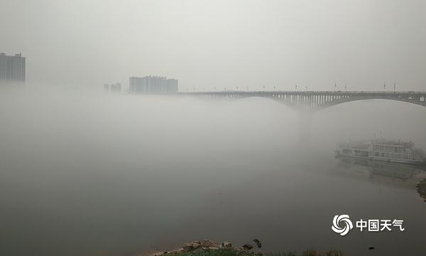 """广西平南浔江浓雾笼罩 对岸楼房变""""空中楼阁"""""""