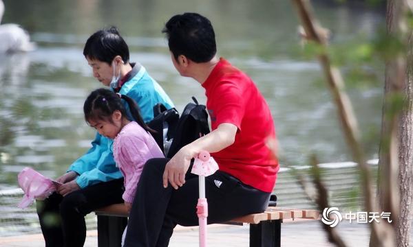 北京气温飙升至24℃体感微热 街头行人换上短袖
