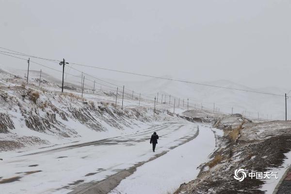 甘肃乌鞘岭出现降雪 居民出行受到影响