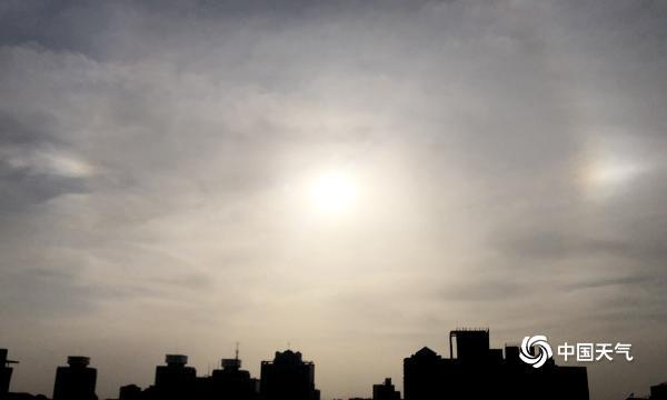 """在三月的最后三天 太阳光环连续三天作为北京的""""常驻""""景观出现"""