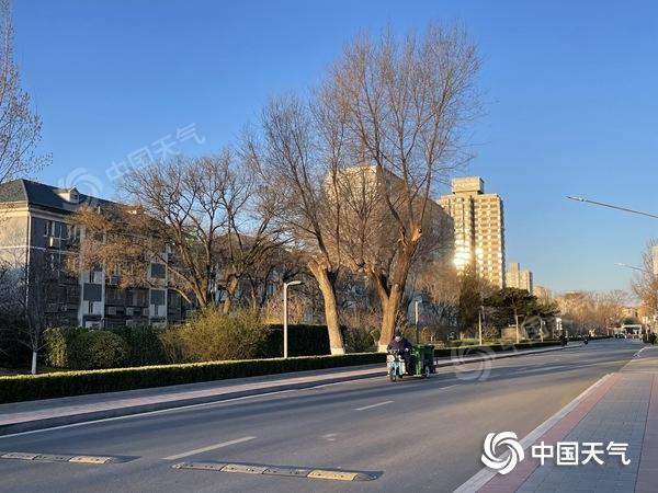 """阵风7!北京大风进入""""持久战""""的风寒效应显然需要加衣"""