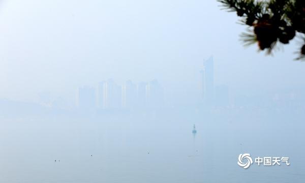 山东威海出现雾和霾天气 能见度较低建筑物若隐若现