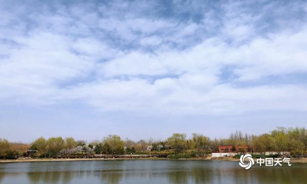 北京北坞公园午后现蓝天 一派春日风光美不胜收