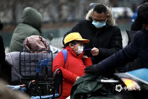 北京开学首日雨雪阻交通