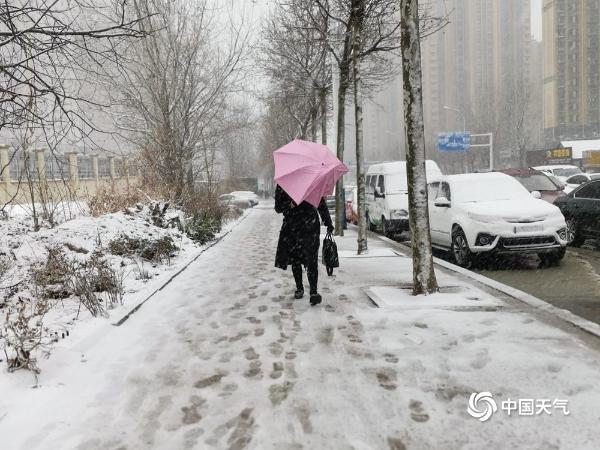 开学首日山东烟台遇降雪 市民冒雪出行道路拥堵严重