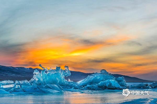 金色的粉色夕阳映照青海湖 勾勒出一幅美丽的画面