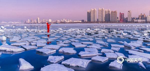 哈尔滨天气转暖 松花江残冰日渐消融