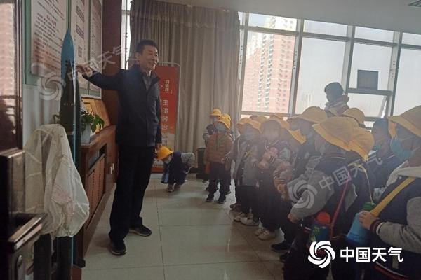 """世界气象日之际 渭南市气象科普教育基地来了一群""""小黄帽"""""""