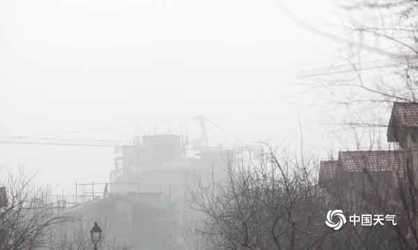 北京今晨能见度不佳 延庆出现大雾天气建筑物若隐若现