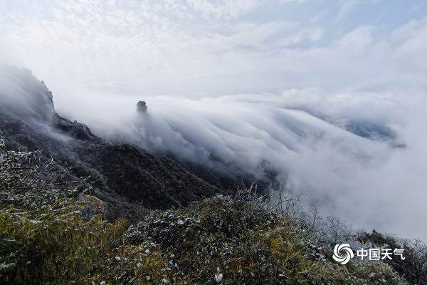 限量版美景!贵州梵净山惊现瀑布云海奇观