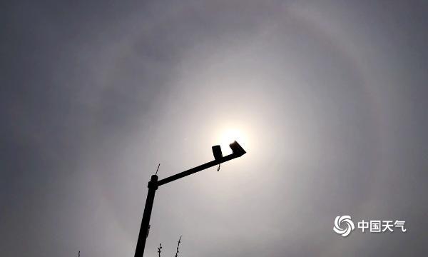 又双叒叕来!你看过吗?日晕是一种大气光学现象,由太阳光通过卷层塔时冰晶的折射或反射而形成,                              <time draggable=