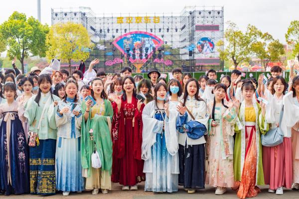 武汉欢乐谷:打造青年聚会圣地 重塑传统文化表达