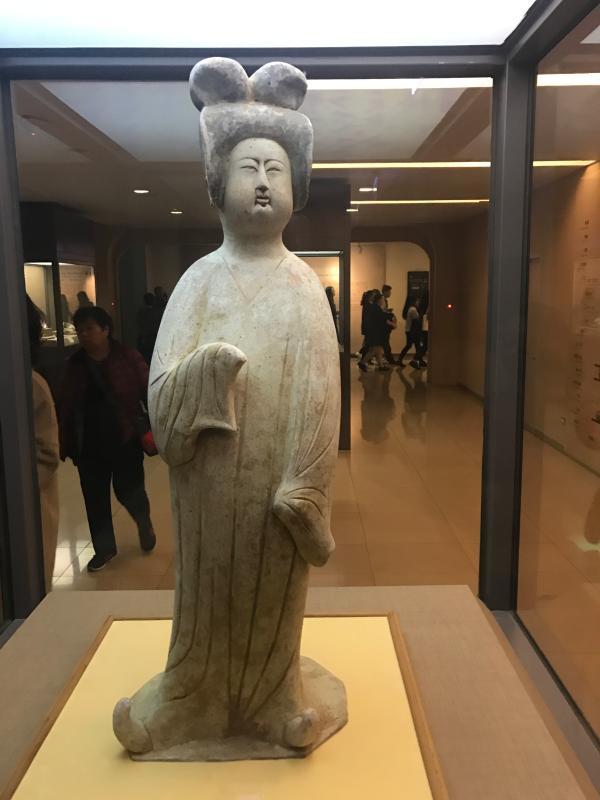 看见文物 | 灰陶加彩仕女俑:雕出唐朝女性的自信