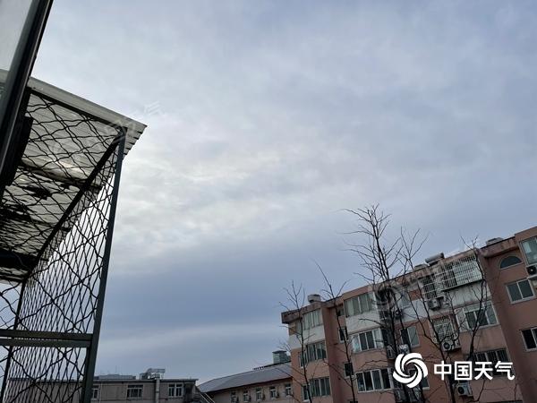 清明节的第一天 北京开始下雨 并停止了对太阳的阵风 6级注意防风防火