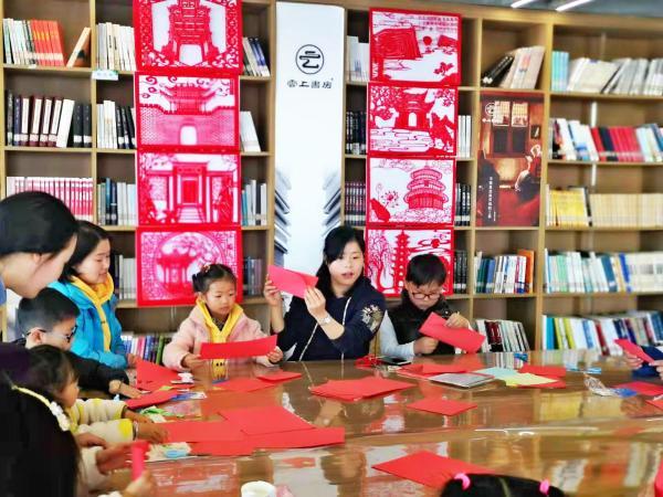 安徽和县文化讲堂向少儿传承非遗剪纸