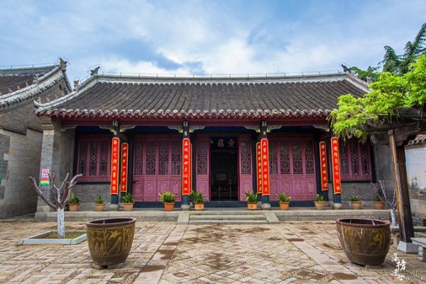 山东龙口有一座丁氏庄园,规模庞大,富丽堂皇,充满了传奇色彩