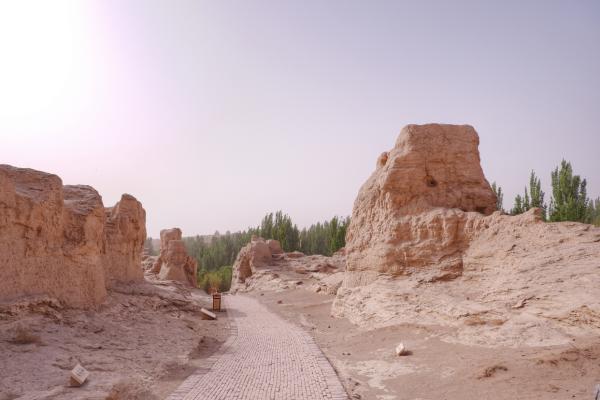 中国西北发现两千年前的都市,房屋寺庙留存完好,都是泥土建造