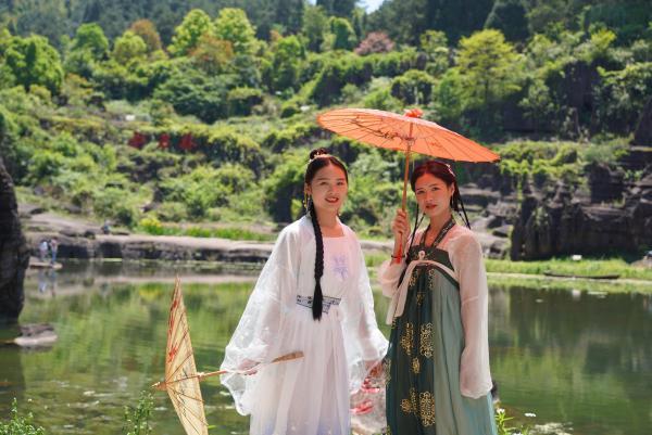 五一假期湘西芙蓉镇·红石林度假区有序迎接游客高峰