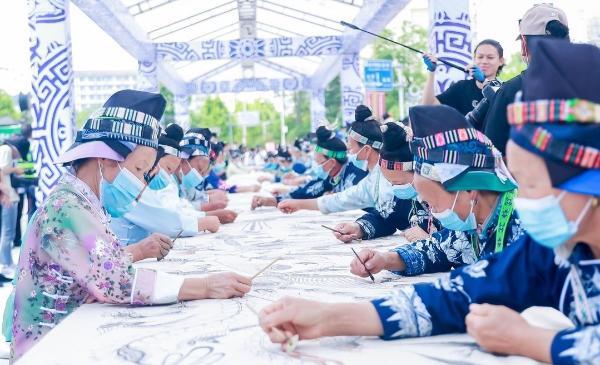 千人手绘蜡染千鸟图丹寨面世
