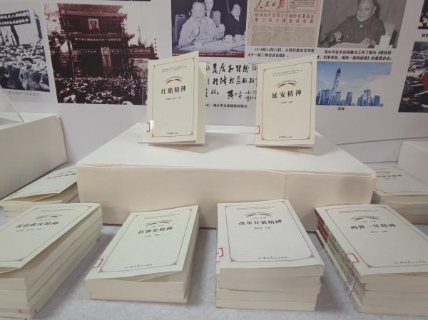 """西安图书馆""""献礼建党百年华诞""""主题书展备受读者好评"""