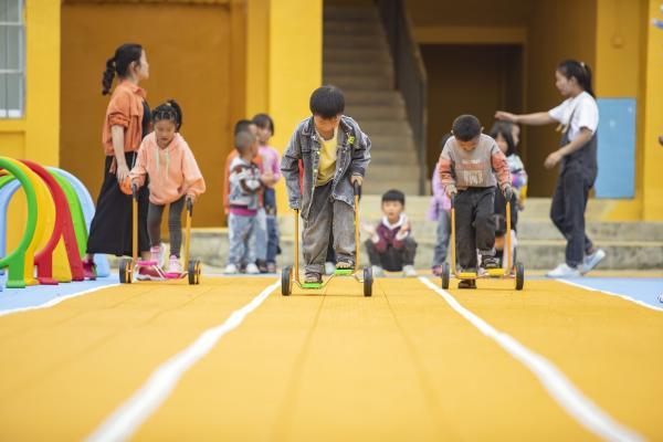 """100个山区幼儿园运动场,美团酒店公益商家计划2021让孩子们""""运动得更好"""""""