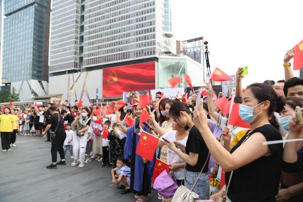 成都锦江街头上演的红色快闪