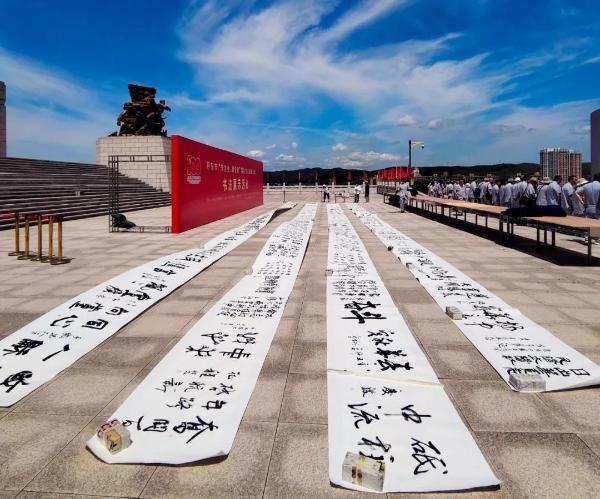 辽宁丹东:百名党员鸭绿江畔抒写百米长卷献礼建党百年颂党恩