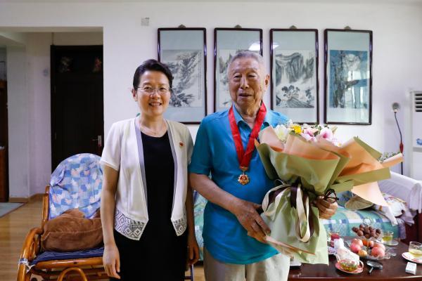 """山东省文化和旅游厅为""""光荣在党五十年""""老党员颁佩纪念章"""