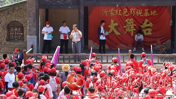观红馆、看红戏,唱红歌、拍红剧、送军粮,暑期红色研学旅行火爆沂蒙红嫂家乡