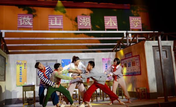 评儿童剧《荡起双桨》:教育主题的戏剧艺术表达