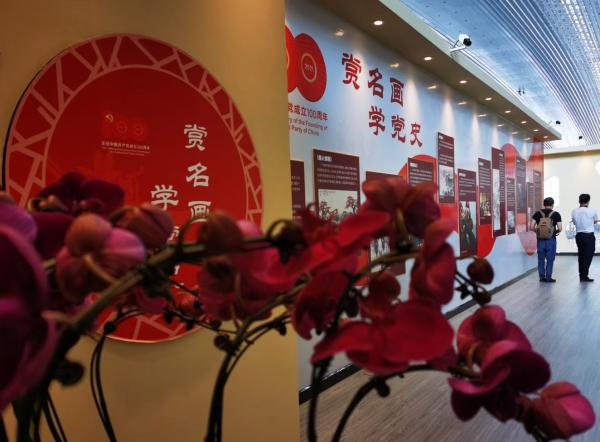 经典名画中的党史暨岭南美术精神艺术展亮相广州白云机场