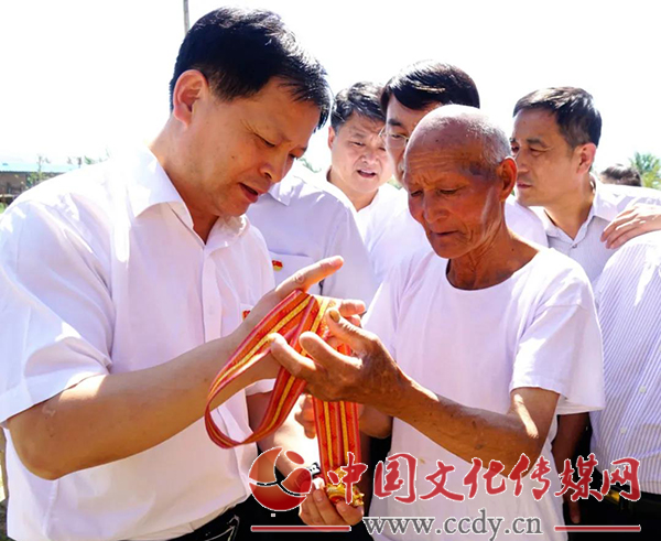 """山东临沂:沂水县委书记薛峰看望""""七一勋章""""获得者魏德友"""