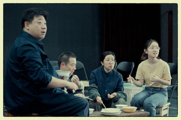 原创话剧《开饭!》:七十年,七顿饭,看时代流转人生况味