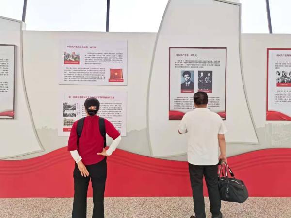 红色阅读资源伴旅客出行!武汉图书馆党史阅读专题展进机场