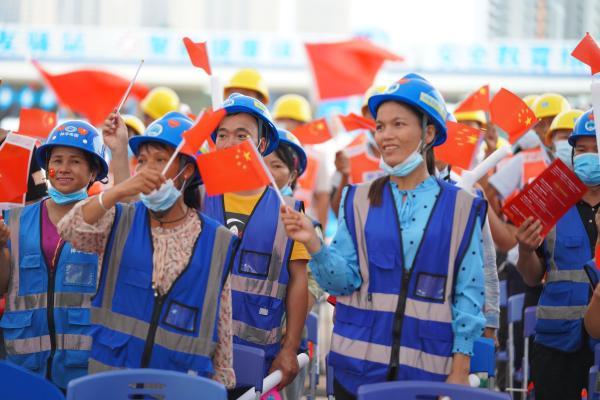 广西南宁建设者以自编自导自演的方式庆祝建党百年