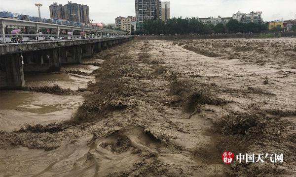 四川盆地西部多地水位上涨道路塌方