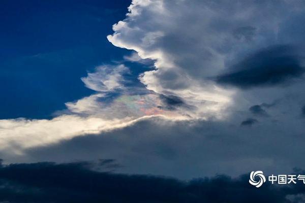 福建龙岩天空现火焰彩虹