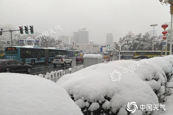 新疆北部降雪局地积雪超60厘米 今明仍有雨雪天气