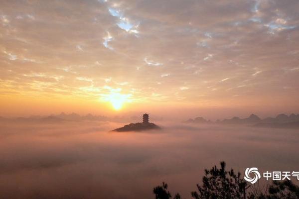 广西平乐金字岭旭日初升云雾缭绕 美如仙境