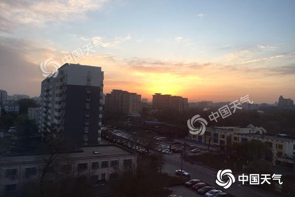 今天北京延续晴朗模式最高温9℃ 早晨朝霞布满天空