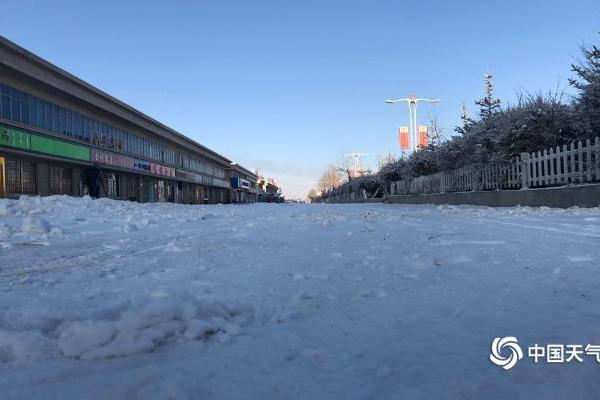 青海省茶卡镇出现降雪  导致运送物资车辆滞留